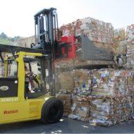 Chariot élévateur électrique version 120V, conçu pour le secteur du traitement et recyclage de papiers et cartons, capacité de charge 16000 kg CDG 600 mm.