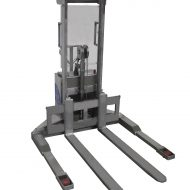 Gerbeur semi-électrique sur mesure en inox, à conducteur accompagnant, équipé d'un tablier FEM (fourches réglable). Toutes les pièces sont 100% en acier inoxydable.