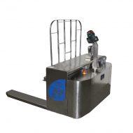 Transpalette électrique sur mesure en inox, à conducteur accompagnant, écartement extérieur des fourches 1 000 mm, équipé d'un dosseret de charge et d'un système de pesage étanche 100% inox. Toutes les pièces sont 100% en acier inoxydable.